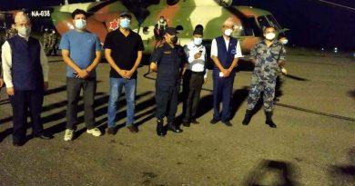 नेपाली सेनाको हेलिकप्टरबाट बुटवलमा अक्सिजन ल्याइँदै